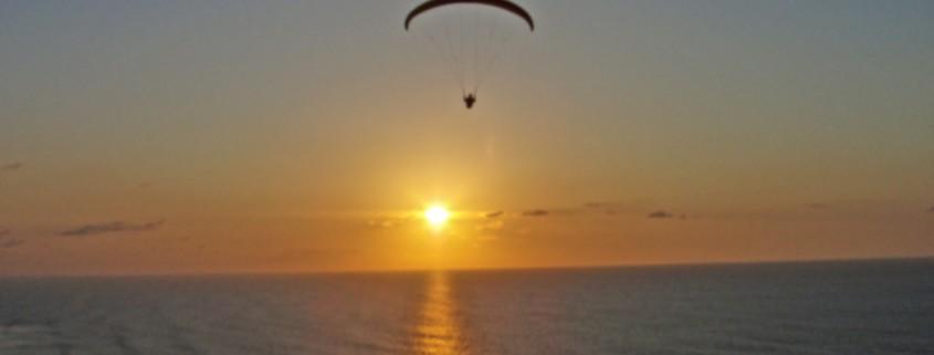 Fliegen bis es dunkel wird in den Flugferien an der Dune du Pîlat, Frankreich. Hier kann man sich am Gleitschirm austoben.