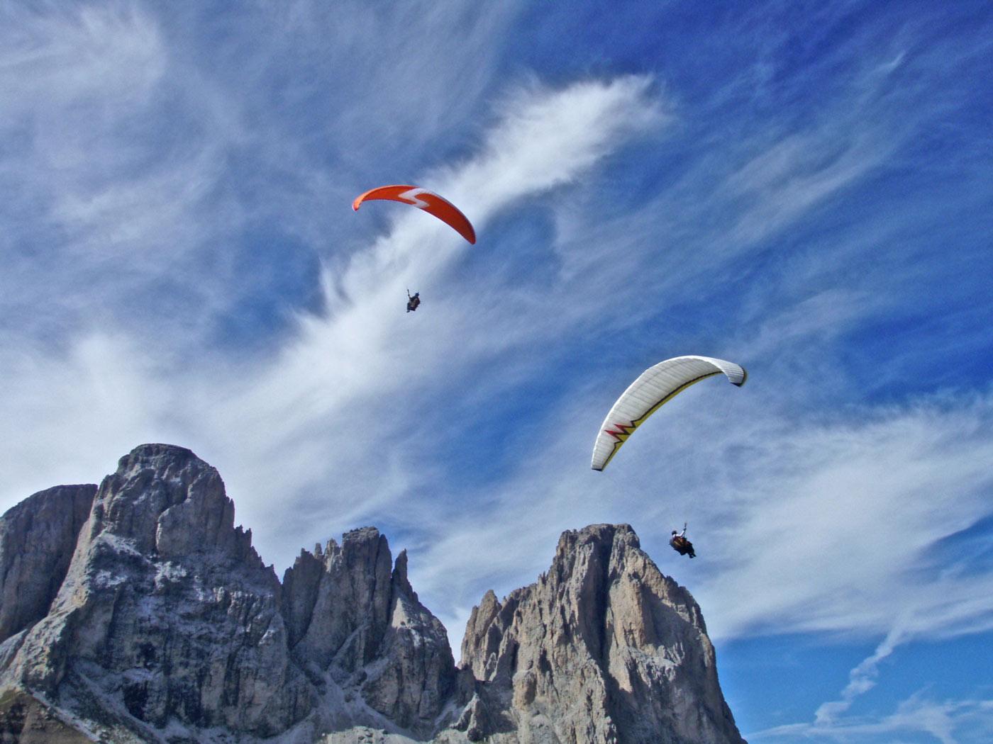 Die felsigen Gipfel der Dolomiten lassen die Herzen der Gleitschirmpiloten höher schlagen.