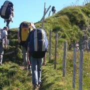 Schüler einer Flugschule beim Aufstieg zum Startplatz Sternen im Hoch-Ybrig. Hier lohnt sich die Anstrengung.