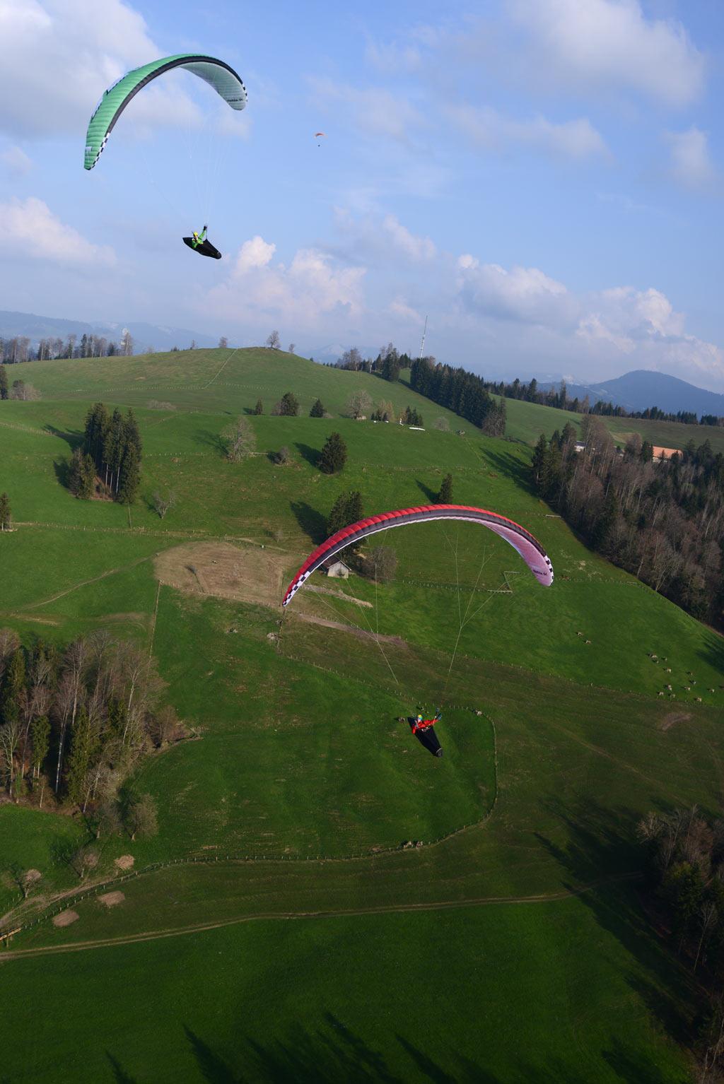 Die Piloten haben den Thermikschlauch gefunden und machen mit Kreisen in derselben Drehrichtung Höhe.