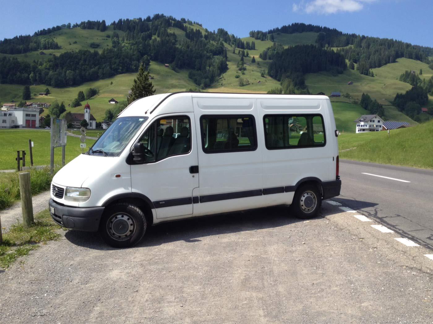 Der neue Magilcift-Bus, ein Opel Movano, steht auf dem Parkplatz beim Skilift in Euthal.