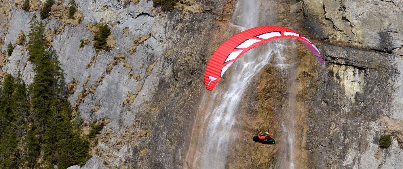 Die Queen von Triple Seven beim Soaren vor dem Wasserfall an der Felswand in Weglosen.