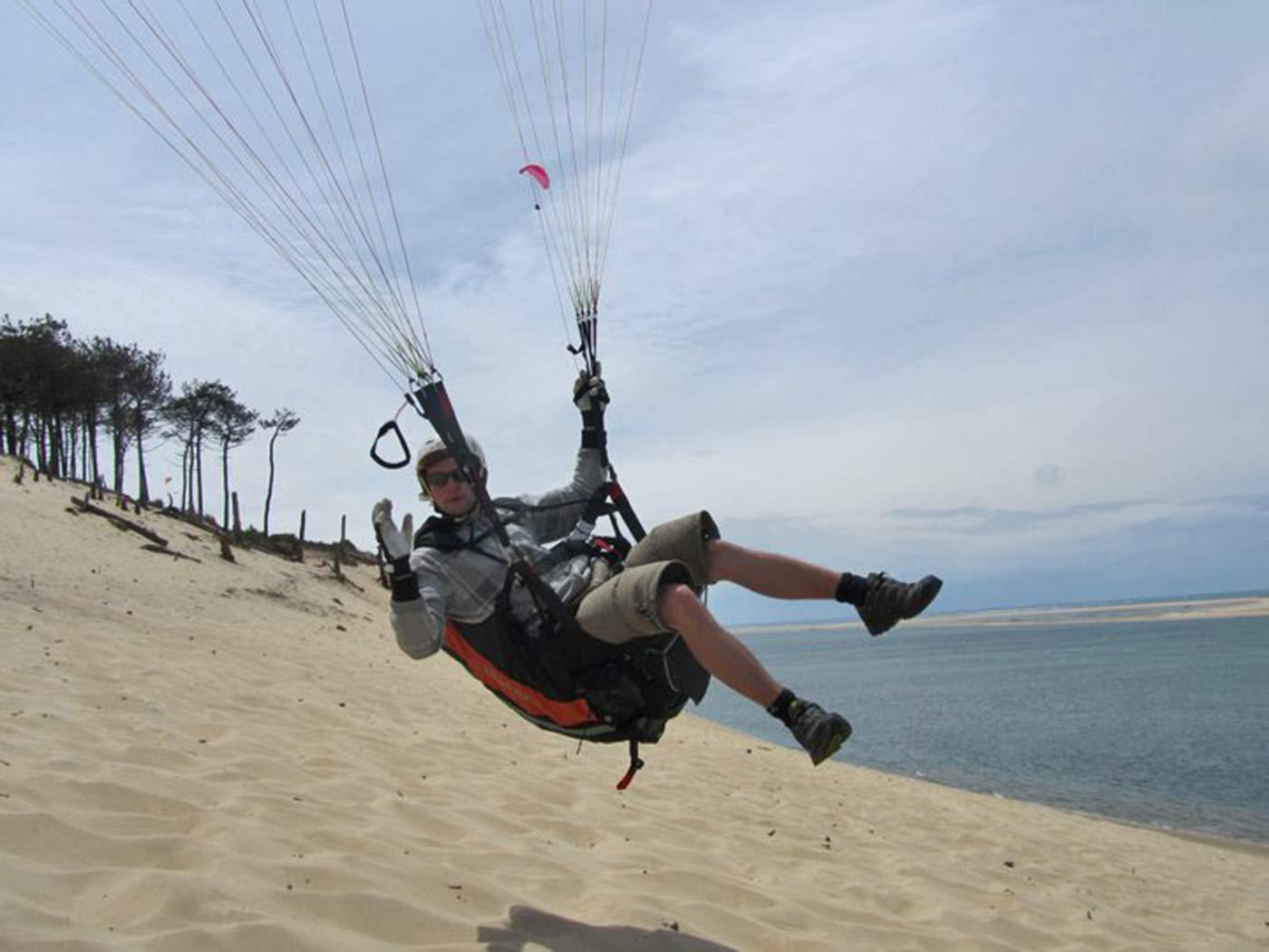 Soaring in der Meeresbrise mit dem Gleitschirm an der Dune du Pyla, Frankreich