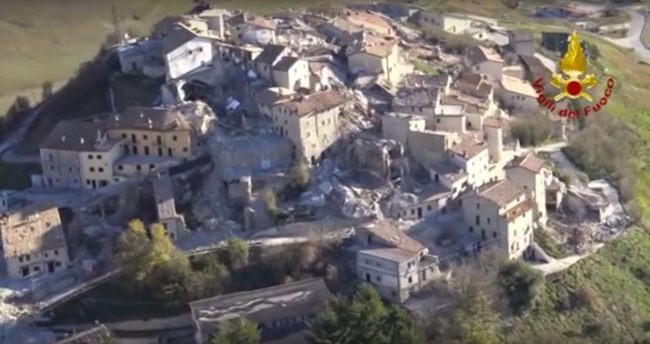 Luftaufnahme mit beschädigten und eingestürzten Gebäude in Castelluccio nach dem Erdbeben vom 26.10.2016