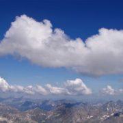Cumuluswolken sind zuverlässige Thermikindikatoren. Wolkenstrassen machen gute Flugrouten leicht erkennbar.